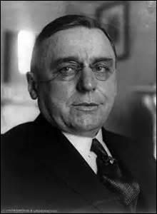 Je nais le 9 mai 1873 à Kladno (République tchèque), arrivé aux États-Unis un an après ma naissance, je deviens en 1931 maire de Chicago, alors que je me trouve avec le nouveau président américain, Franklin D. Roosevelt, à Miami en Floride le 15 février 1933, je suis abattu par un dénommé Guiseppe Zangora (un anarchiste), venu assassiner le chef d'état, je m'appelle ...