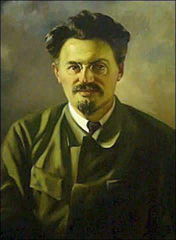 Je nais le 7 novembre 1879 à Ianovka (Ukraine), révolutionnaire et homme politique russe, m'opposant à Staline en prenant la tête de  l'Opposition de gauche , banni de Russie en 1929, réfugié au Mexique, le 20 août 1940, je suis assassiné d'un coup de piolet à l'arrière du crâne par un agent de Staline, Ramon Mercader, je me nomme ...