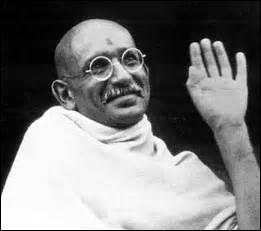 Je nais à Porbandar (Inde) le 2 octobre 1869, je suis un dirigeant politique, important guide spirituel de l'Inde et du mouvement pour l'indépendance de ce pays, je suis assassiné le 30 janvier 1948 alors que je me rend vers une réunion de prière à New Delhi en recevant plusieurs balles tirées par Nathuram Godse, un hindou nationaliste, je me nomme ...