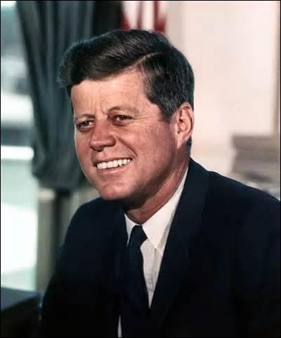 Né le 29 mai 1917 à Brookline (Massachusetts) aux États-Unis, homme politique, 35e président américain, je suis le plus jeune président du pays élu, assassiné le 22 novembre 1963 à Dallas (Texas) lors d'une visite pré-électorale, je reçois une balle dans le cou, puis une à la tête qui ressort par la tempe, mon assassin se nomme Lee Harvey Oswald, mais le doute d'une conspiration persiste, je suis.