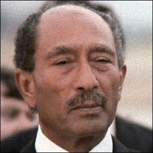 Je nais le 25 décembre 1918 à Mit Aboul Koum (Égypte), homme d'état égyptien, président de la république de ce pays de 1970 à mon décès survenu le 6 octobre 1981, durant une parade militaire au Caire par des membres de l'armée, qui appartiennent à l' organisation du  jihad islamiste égyptien  , je reçois aussi en 1978 le prix Nobel de la paix, je me nomme ...