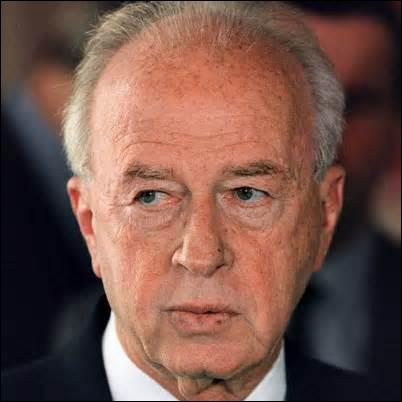 Né le 1er mars 1922 à Jérusalem, militaire, homme politique israélien, je deviens 1er ministre de 1974 à 1977 puis de 1992 à mon assassinat survenu le 4 novembre 1995, touché par 2 balles tirées à bout portant dans mon dos alors que je termine un discours, lors d'une manifestation pour la paix, par un extrémiste juif israélien, Ygal Amis, j'obtiens aussi à titre posthume le prix Nobel de la paix. .