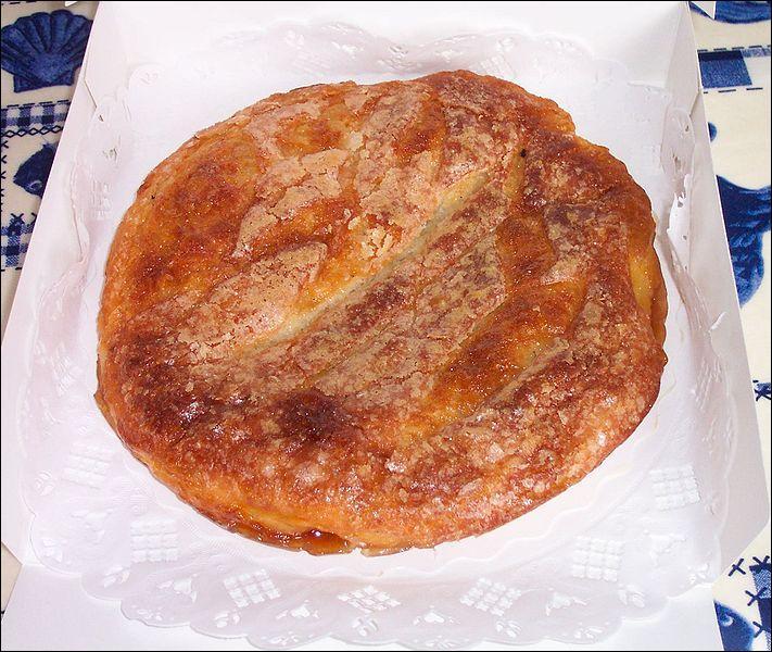 Riche en beurre et en sucre, cette galette a une texture fondante à l'intérieur et croustillante à l'extérieur. C'est :