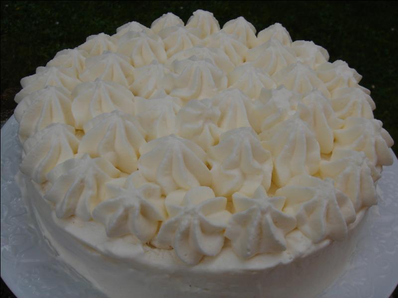 A base de meringue et de crème chantilly, il est le plus célèbre des desserts glacés. C'est :