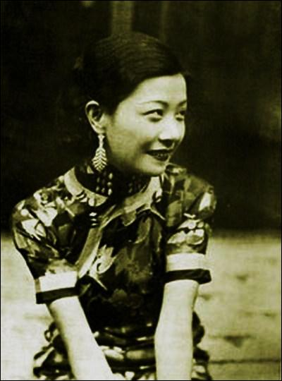 Une autre figure de proue du cinéma chinois des années 30, qui porta la qipao à l'écran, fut Ruan Lingyu (1910-1935). Elle se donna la mort à 24 ans par overdose de barbituriques à Shanghai le 8 mars :