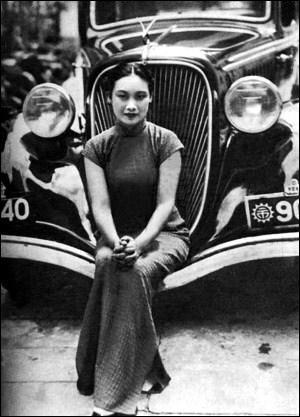 Qui joua le rôle de la « Dame en rouge » dans  l'Incendie du monastère du lotus rouge  (un des premier films d'arts martiaux), puis qui fut la vedette du premier film parlant chinois,  la cantatrice pivoine rouge  (1931) ?