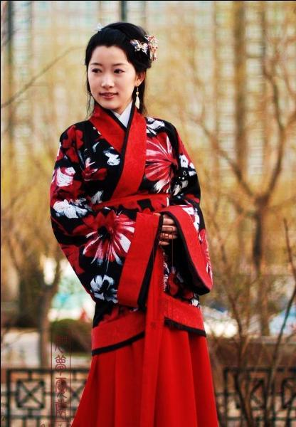 Quel est le vêtement traditionnel des Hans, ethnie chinoise, originaire de la dynastie Han ayant régné de 206 avant J. -C. à 220 après J. -C. ?