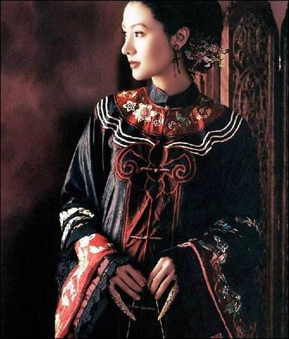 Par qui et sous quelle dynastie d'origine mandchoue, ayant régné sur la Chine de 1644 à 1912, fut-elle portée ?
