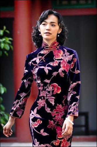 Au début de quel siècle, sous l'influence occidentale, la qipao a-t-elle été modernisée et mise à la mode ?