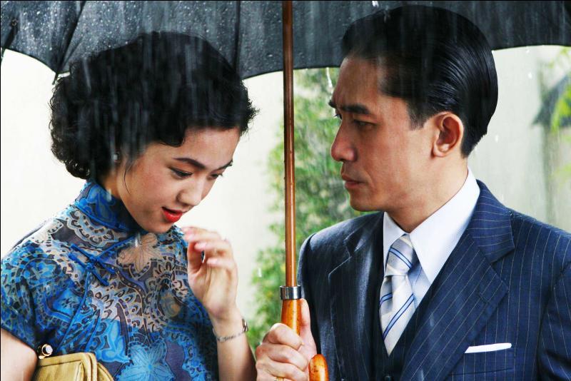 Dans les grandes villes chinoises, la qipao devint la robe de tous les jours. Quelle particularité a-t-elle gardée de sa forme d'origine ?