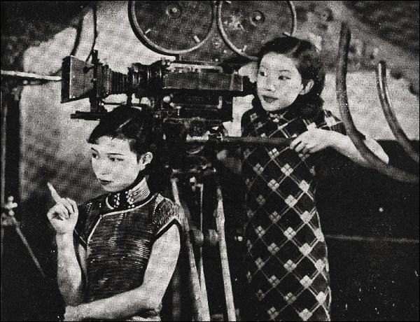 En 1933, Gu Lanjun était une actrice et la première femme à porter une qipao avec une échancrure du côté gauche, et une fente de :