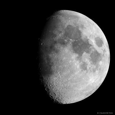 Après le premier croissant vient le premier quartier, puis la première lune ... et enfin la pleine lune.
