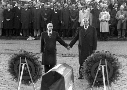 Qui sont les personnages se recueillant à Verdun, en 1984, en souvenir des jeunesses sacrifiées dans les batailles ?
