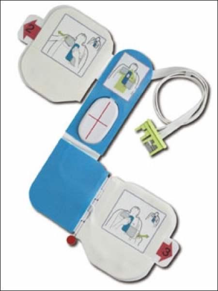 Le défibrillateur permet d'envoyer un décharge électrique chez une victime en arrêt cardio-respiratoire pour tenter de refaire démarrer l'activité électrique du coeur. À quoi faut-il faire absolument attention avant d'envoyer la décharge ?