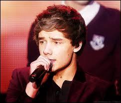 Dans «More Than This», quand Liam chante le refrain seul et plus doucement sur le canapé, de quel pied tape-t-il ? [La droite et la gauche d'après lui]