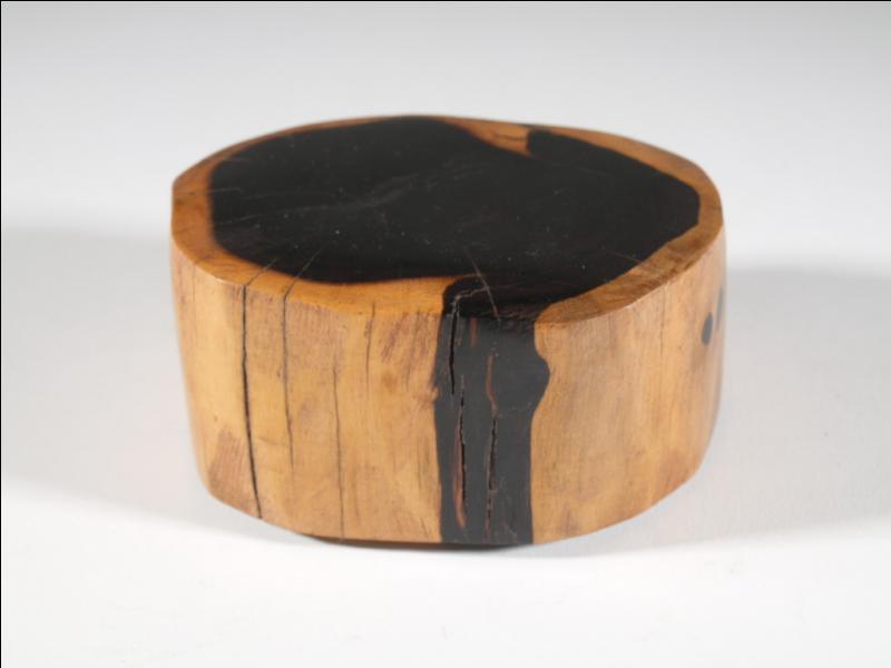 Le rappeur Maître Gims évoque sa  couleur ébène  dans son titre  Jme tire . Comment traduit-on ce bois noir en anglais ?