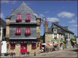 Nous sommes au Faou, commune bretonne labellisée Plus Beaux Villages de France. Elle se situe dans le département ... .