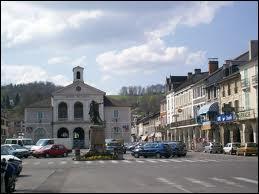 Nous sommes sur la place centrale de la commune de Nay. Cette commune du 64 se situe en région ...