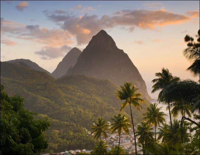 J'adore les paysages tropicaux et en voici un parmi les plus beaux ! Ce sont les pitons ________ de ________ !
