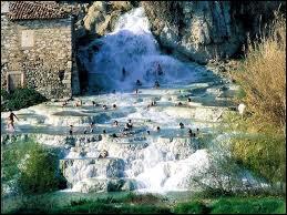 Vous voulez vous baigner ? Pas de danger ! Il suffit de vous rendre à la cascade _________ , _________ :