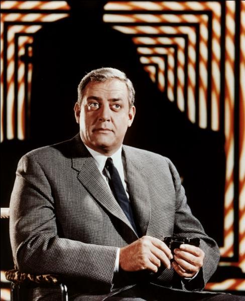 Raymond Burr, acteur canadien, est surtout connu pour ses rôles dans deux séries télé à succès, intitulées  Perry Mason  et :