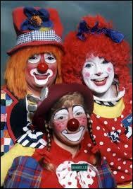 Dans ce grand cirque, la comédie ne me changera pas, j'n'ai jamais eu peur de devoir tourner le dos, et dans ce bal, les masques, les clowns ne m'impressionnent pas, je peux jouer s'il le faut, je suis ?