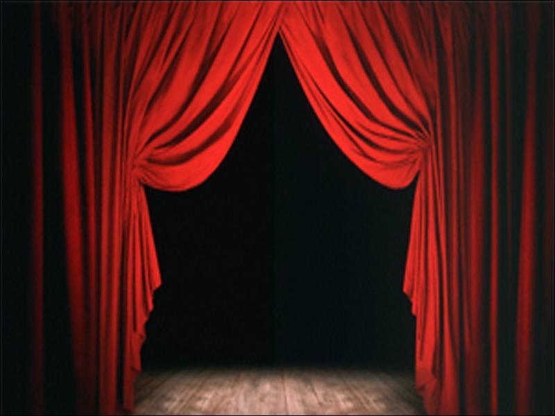 A l'heure exacte les rideaux ... s'écartèrent, la scène apparut : le spectacle pouvait commencer.