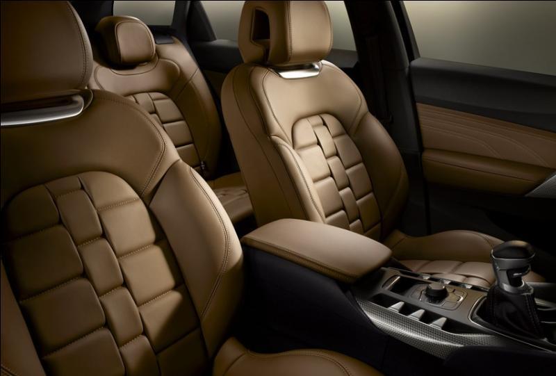 La marque automobile française Citroën propose des sièges en cuir en forme de bracelet de montre. Comment dit-on  sièges en cuir  en anglais ?
