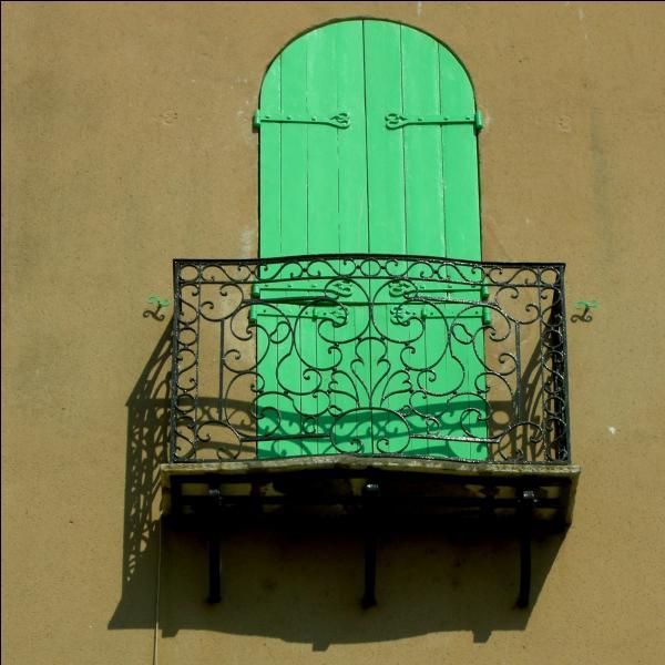 Le fer forgé tient une place primordiale dans l'architecture méditerranéenne. Comment dit-on  fer forgé  en anglais ?