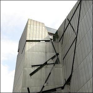En 2011, qu'est-ce que le NPD, parti d'extrême-droite allemand, avait-il affiché sur les murs du Musée juif de Berlin ?