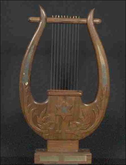 Plus petit(e) qu'une harpe, la légende dit que c'est Hermès qui l'a créé(e) à partir d'une carapace de tortue...