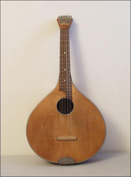 Ancien instrument utilisé dès le XVe siècle, j'ai progressivement été remplacé(e) par la guitare et d'autres instruments à cordes :