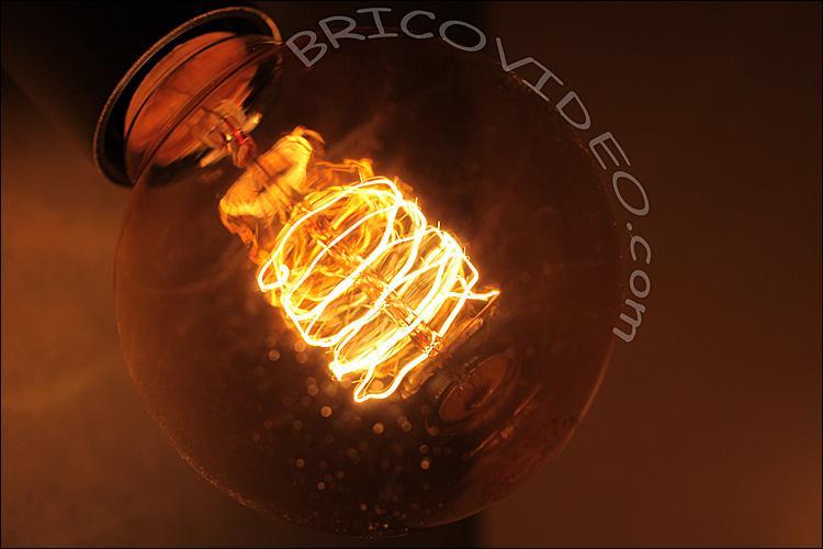 Je produit de la lumière lorsque je suis surchauffé par un courant électrique. Quel est mon nom ?