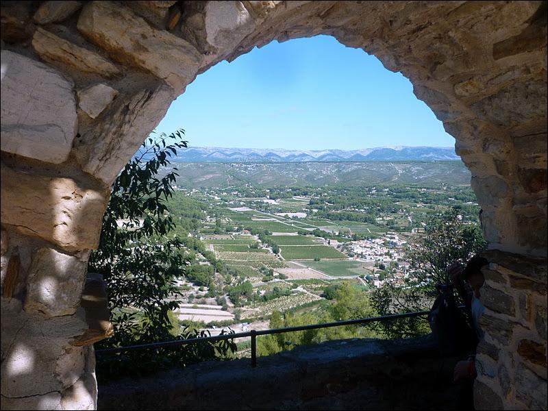 Dans quelle cité ou village fortifié peut-on observer le paysage à travers  le Trou de Madame  ?