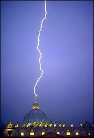 Quel est ce second mystère, d'après les chrétiens, apparu le soir de la démission du pape Benoît XVI ?