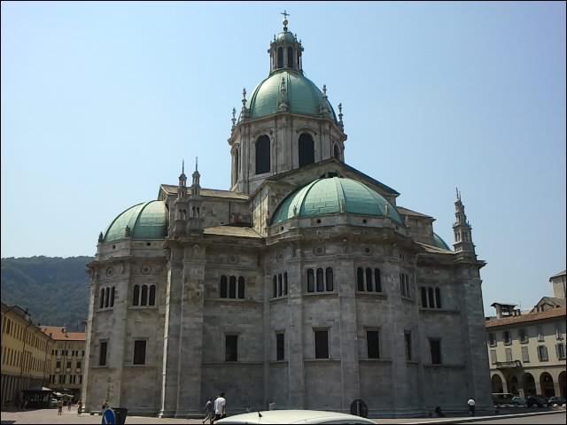 Dans quelle ville, située au sud, se trouve cette cathédrale ? (Indice : son nom est : Santa Maria Assunta, de style gothique sa construction débuta en 1396 pour s'achever en 1770 avec l'élévation de la coupole).