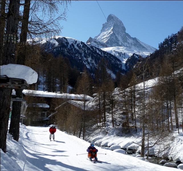 Quelle station de ski italienne se trouve sur le versant sud de cette célèbre montagne ?