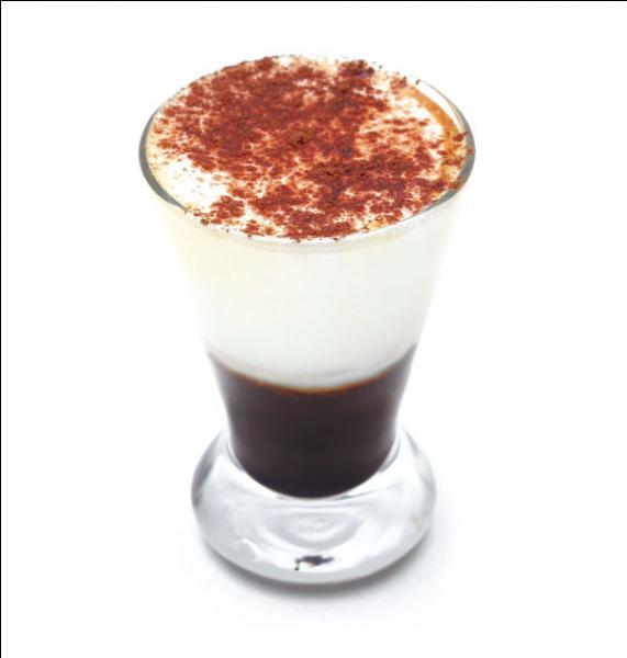 Café, crème et cacao pour ce café gourmand. Caffè espresso.