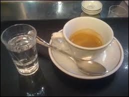 Café avec un peu d'eau-de-vie, de sambuca, d'anis.