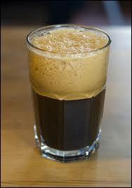 Un espresso allongé qu'on sert froid avec un peu de sucre.