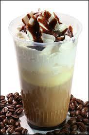 Un espresso, de lait chaud mousseux, de sirop de chocolat (ou poudre de cacao) et de crème fouettée, garnie de flocons de chocolat . Cappuccino.