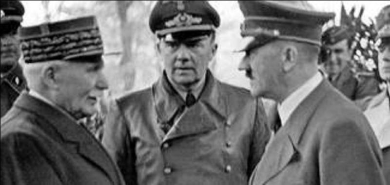 Oubliez le personnage du centre, ce n'est qu'un officier nazi servant de traducteur. À votre avis, qui parle avec Hitler ?