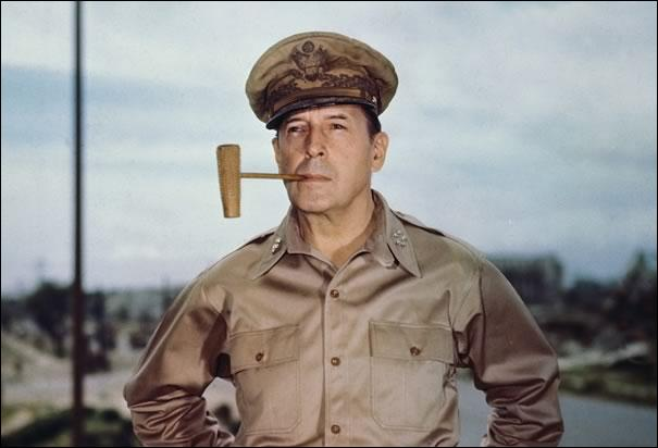 Il fut un des commandants des forces américaines sur le front du Pacifique. Il permit la libération des Philippines qu'il avait perdues. Il organisa aussi la signature de la capitulation japonaise. Plus tard, il fut commandant en chef des forces de l'ONU pendant la guerre de Corée. Qui est-il ?