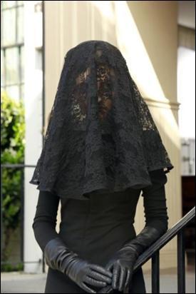 À l'enterrement de Wilden, une femme en noir apparaît. Qui est-elle ?