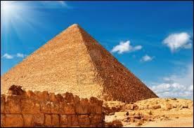 J'observe l'image et je vois : une pyramide sous le ciel bleu !