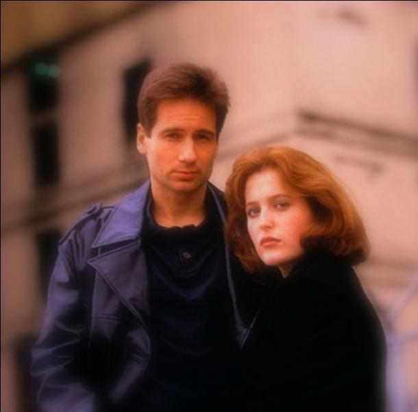 Dans quelle série américaine retrouve-t-on les agents Scully et Mulder ?