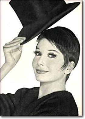 Renée Marcelle Jeanmaire est une française plus connue sous le beau pseudonyme de Zizi Jeanmaire. Son vrai prénom est quand même mieux, mais bon si elle aime les zizis... Mais son activité principale n'était pas  femme avec un pseudonyme ridicule  mais plutôt...