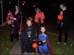 En France, Halloween avec le porte-à-porte est arrivé en :