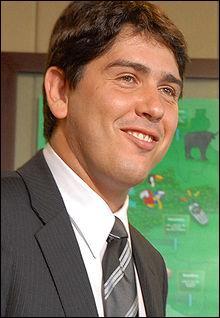 L'homme sur cette photo se nomme  Cacà Bueno . Car chez les lusophones,  cacà  ne désigne pas l'excrément mais c'est un diminutif du nom  Carlos .
