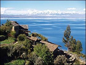 Le lac Titicaca, dont vous avez remarqué la subtilité du nom, se trouve à la frontière entre la Bolivie et le Pérou.